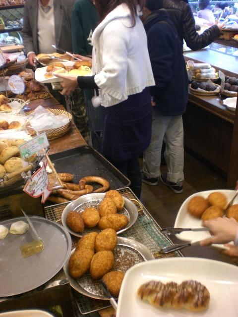 パパベルのカレーパン この店は外で食べることができるのですが,出来立てのカレーパンを 外で食..